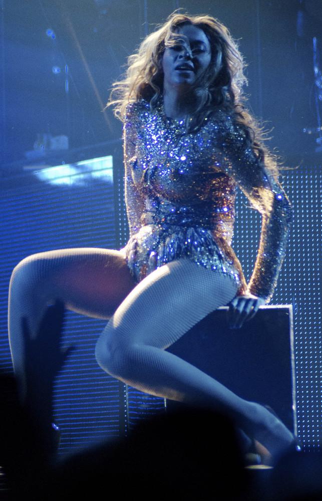Beyonce-Julien-MacDonald-Mrs-Carter-Show-World-Tour-2