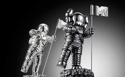 2013-MTV-VMA-Moonman-Barclay-Kaws4